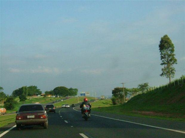 Foto: Posi‡Æo correta da moto na estrada