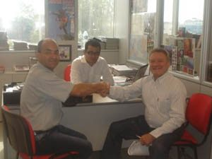 Foto: Ricardo Celeghini cumprimenta o presidente da GG, Josep Maria Pibernat na assinatura do contrato