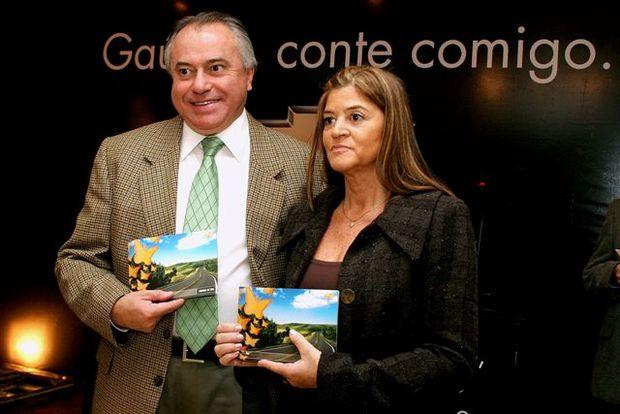Foto: Jos' Carlos Pinheiro Neto, lan‡a o Manual da Vida no RS, ao lado de Diza Gonzaga, da Funda‡Æo.