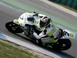 Haslam sobe ao pódio no Mundial de Superbike