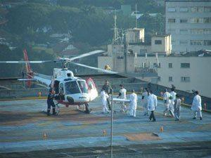 Foto: Imagem do cotidiano no topo do Hospital das Clínicas em SP - Recepção a um acidentado grave.