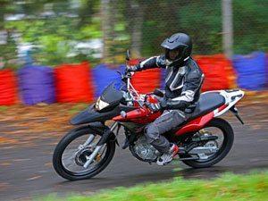Honda XRE 300: sofisticação e versatilidade no asfalto e na terra