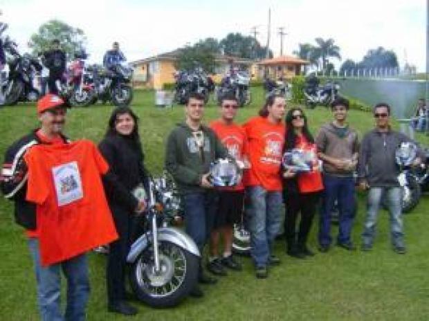 Os ganhadores dos prêmios oferecidos pela Rovcan e pelos organizadores, Poeta e Izabella, 3ª e 4º da direita para esquerda