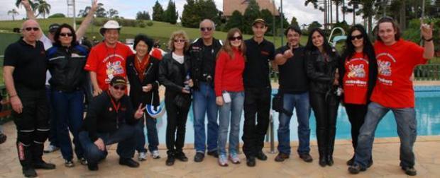 Equipe Motonline e o casal anfitrião, da esquerda para a direita: Sidney, Bertha, Harada, Elena, Zilma, Bitenca, Marcela, Bruno, Sucupira, Maria, Izabella e Poeta; agachado, André Garcia