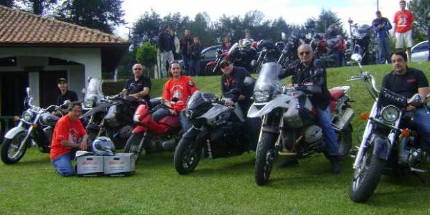 """Reverência: as motocicletas utilizadas na viagem pela equipe Motonline """"perfiladas"""" ao lado do Honda Pop do anfitrião"""
