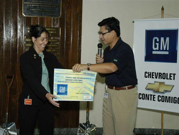 Foto: Ray Young, presidente da GM do Brasil e Mercosul, faz a entrega de cheque … Rosemary Sanz, presidente do Grupo de Apoio … Crian‡a com Cƒncer, da RegiÆo de SÆo Jos' dos Campos (SP).