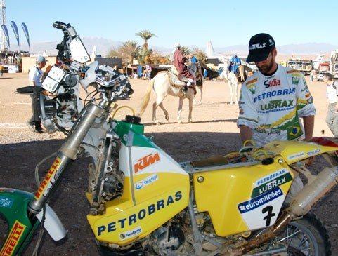 Foto: Geraldo Lima faz a manuten‡Æo na KTM