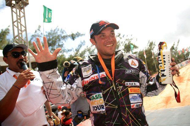 Foto: José Hélio, piloto patrocinado pela Honda, comemora pentacampeonato do Rally Internacional dos Sertões