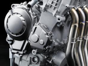 O motor produz 200 Hp e tem embreagem deslizante ajustável e câmbio cassette.