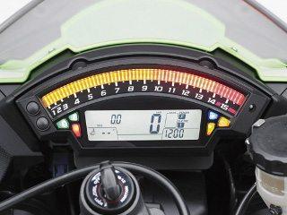 O Tacômetro é feito de uma barra de LEDs que atua também como indicador de troca de marchas