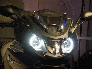 Os faróis adaptativos mantém o facho na horizontal mesmo com a moto inclinada