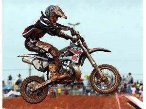 Foto: O campeão Rodrigo Riffel voando com sua moto LEM