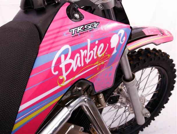 Foto: Adesivagem da Barbie na minimoto, parceria entre Mattel e Pro Tork