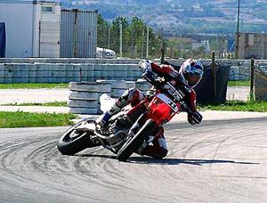 Foto: Super motard: curva em contra-ester‡o