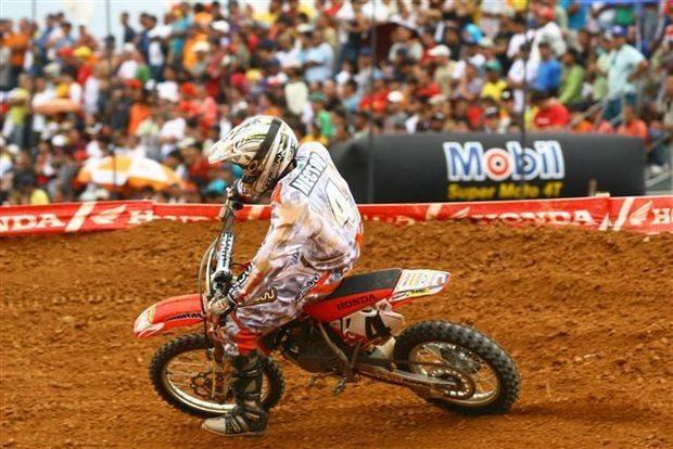 Foto: Hector Assun‡Æo, piloto da categoria 85cc, no Campeonato Brasileiro de Motocross