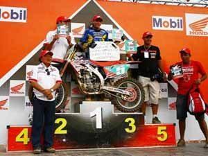 Foto: Equipe Honda comemora com o piloto Wellington Garcia a conquista dos t¡tulos da MX1 e MX2 no Brasileiro de Motocross