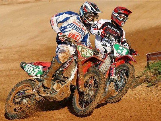 Foto: Balbi (965) e Roosevelt duelam na MX1 do Brasileiro de Motocross