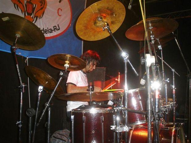 Foto: O baterista Fabr¡cio Ara£jo, da Banda Faixa Etria, volta a tocar no evento do KingeTiger