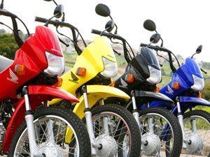 Disponível em quatro cores, mas a vermelha tem o banco na mesma cor da moto; as outras tem o banco preto