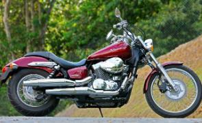 A Shadow 750 para 2011 tem pedaleiras convencionais e um novo banco, mais anatômico