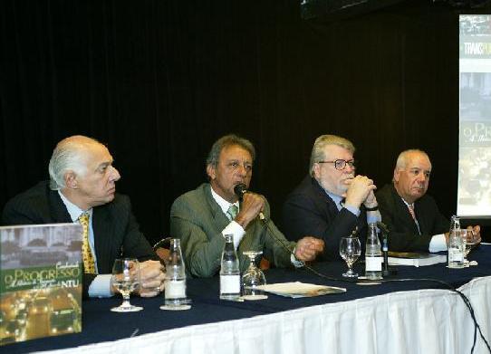 "Foto: Da esq. para dir.: JoÆo Ant""nio Setti Braga (vice-presidente), Otvio Vieira da Cunha (presidente), Eurico Divon Galhardi (vice-presidente) e Marcos Bicalho (diretor superintendente)."