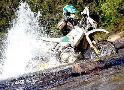 Foto: Jean Azevedo atravessando o Rio Bagagem durante a etapa deste domingo, dia 7 de agosto.