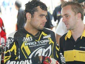 Foto: Paulinho (d) fala com o piloto Massoud Nassar