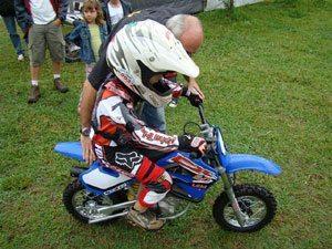 Foto: As crianças tiveram orientação profissional para dar as primeiras voltas nas motos LEM
