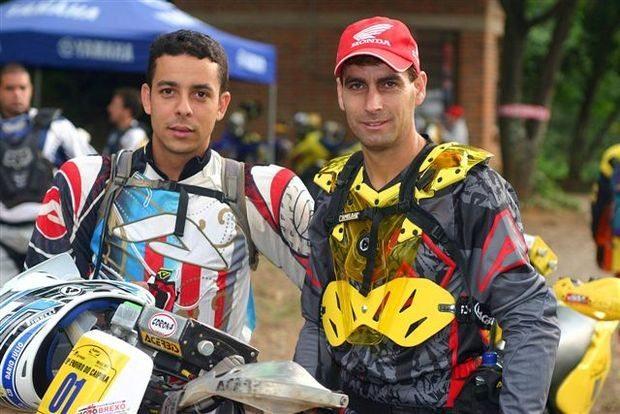 Foto: Dário Júlio e Sandro Hoffmann, pilotos Acerbis, no Campeonato Brasileiro de Enduro de Regularidade