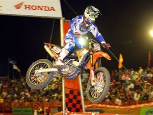 Foto: Swian Zanoni - piloto patrocinado pela FOX na categoria SX2 do Supercross