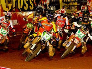 Foto: Pipo Castro (centro), piloto da equipe 2B Racing na categoria Pro, no Arena Cross