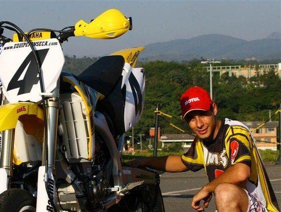 Foto: O brasiliense Rafael Fonseca realizou neste sbado vistoria em sua moto