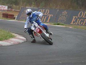 Foto: No asfalto a torcida acompanha a velocidade das mquinas