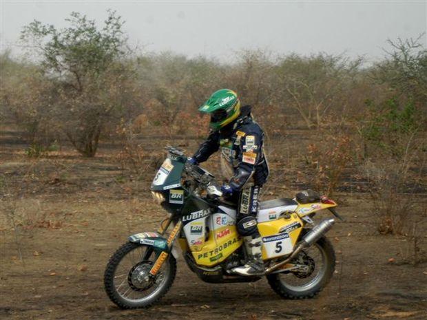 Foto: O brasileiro chega a Kayes, no Mali, destino da 12¦ etapa do Dakar