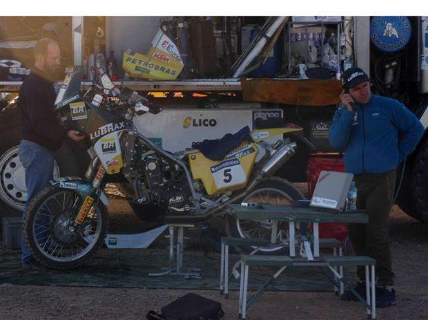 Foto: Jean Azevedo, o mecƒnico Geraldo Lima e a moto KTM, em Er Rachidia