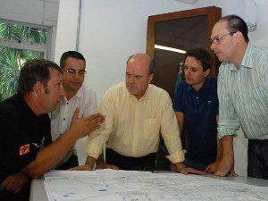 Paulo Della Flora (esq.) se reuniu com Cezar Schirmer (centro), prefeito de Santa Maria