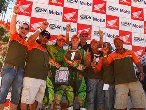 Foto: Rodrigo Selhorst e sua equipe fazendo festa pelo título da MX2