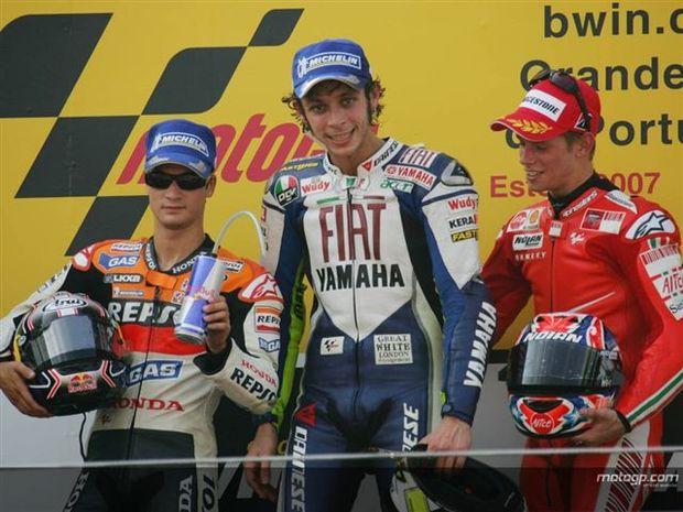 Rossi ganha no Estoril e adia decisão do título