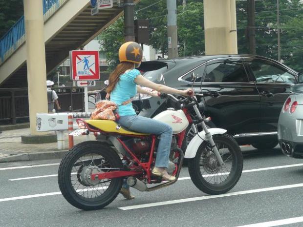 Fashion bike com uma pilotagem feminina no centro de Tokyo