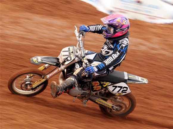 Stefany Serrão corre na penúltima etapa do Paulista de Motocross