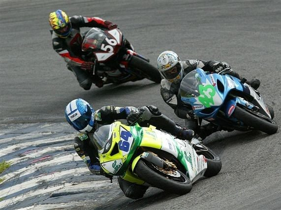Foto: Disputa na categoria Superbike do Brasileiro de Motovelocidade em Interlago