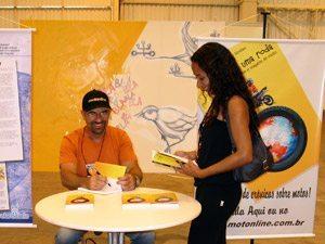 Foto: Ih, olha eu autografando o livro!