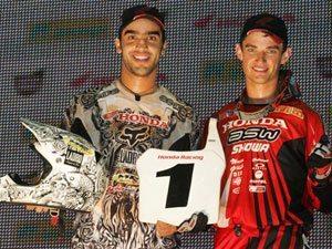 Foto: Jorge Balbi (esq) e Jean Ramos comemoram dobradinha do Team Honda