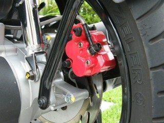 Os dois freios da Citicom tem a mesma dimensão, repare no flexível reforçado com malha de aço inox, componente de alta qualidade