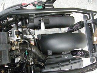 A estrutura para a suspensão traseira simula uma balança de braço duplo que não destorce quando recebe impactos