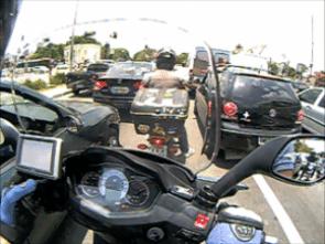 No trânsito, o controle do scooter é tranquilo, mas exige atenção pela traseira avantajada