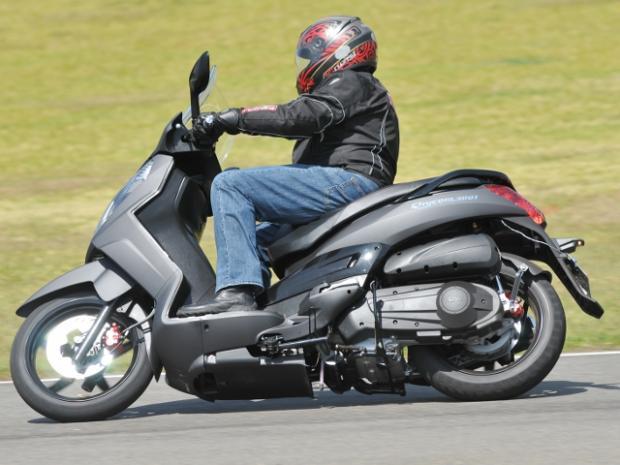 Bom de curvas, oferece segurança adicional graças aos ótimos pneus