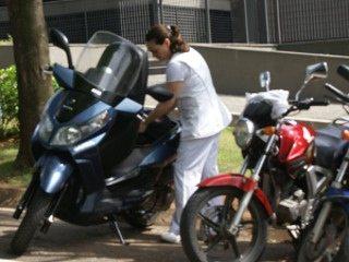 """Alides procura espaço na bagageiro do Citycom: """"Muito raso"""""""