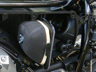 O filtro de ar lavável tem boas dimensões e protege bem o motor