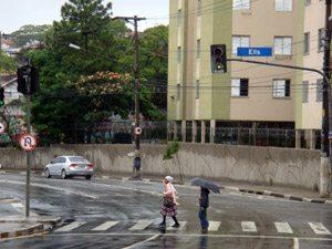 Foto: Faixa branca, molhada e na curva: aqui o motociclista cai bem